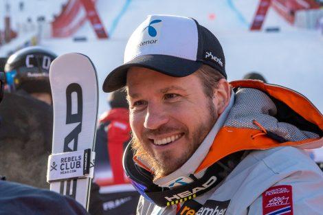 Nachdem der letzte Läufer im Ziel ist, kann Kjetil Jansrud endlich befreit strahlen © Skiing Penguin