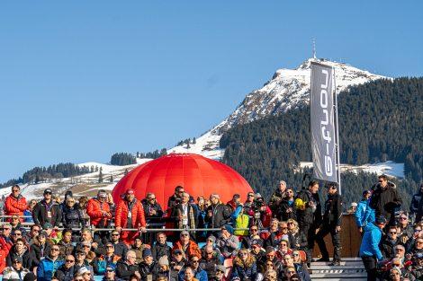 Eine ziemlich volle VIP-Tribüne und ein malerisch schönes Kitzbüheler Horn © Skiing Penguin
