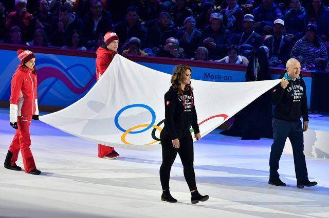 Ex-Skistar Didier Cuche, Eishockey-Torfrau Florence Schelling und zwei junge Team Swiss-Mitglieder trugen die Olympische Flagge bei der großen Eröffnungsfeier in Lausanne © IOC/Christophe Moratal