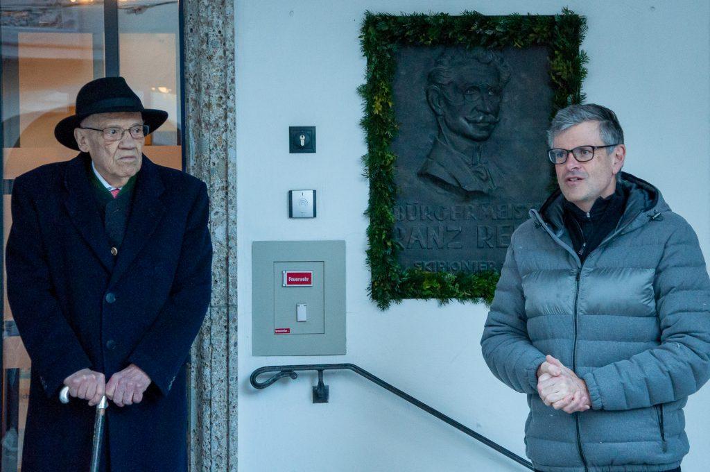 Klaus Reisch, der Enkel von Franz Reisch, neben Kitzbühels Bürgermeister Klaus Winkler © Skiing Penguin
