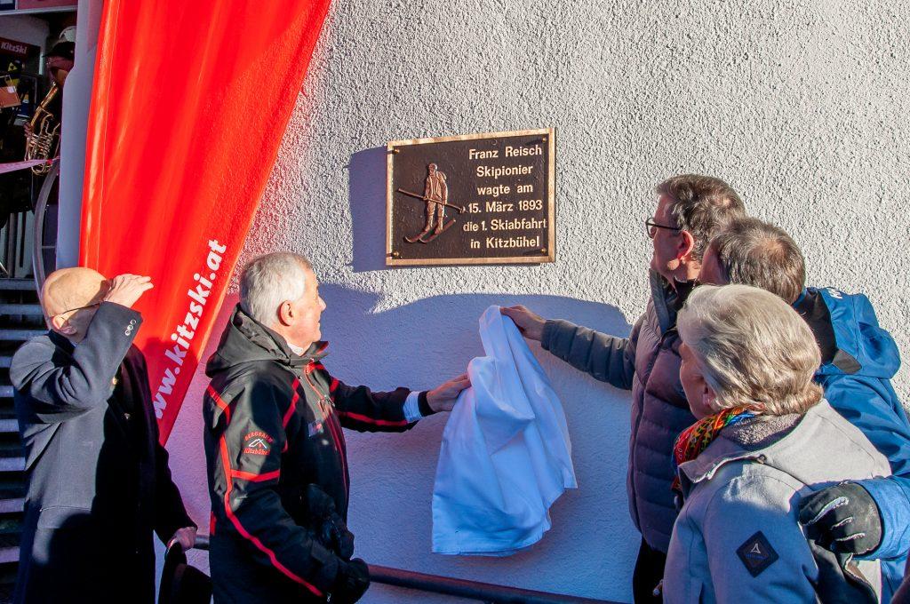 Enthüllung der neuen Gedenktafel an der Talstation der Hornbahn © Skiing Penguin