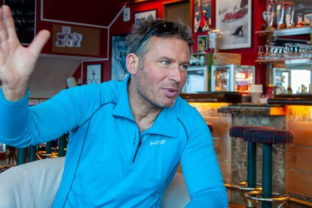 Hannes Trinkl beim Interview in Kitzbühel ©Skiing Penguin