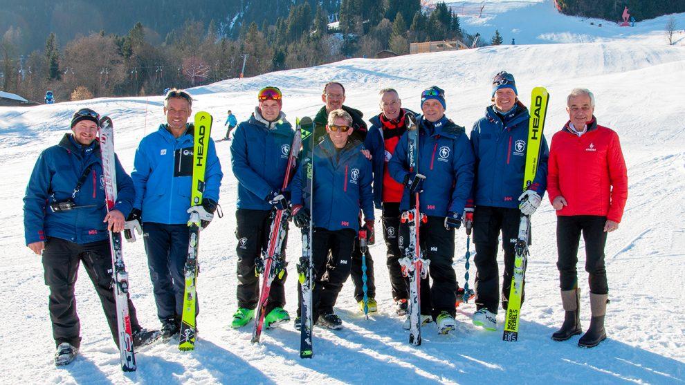 Zufriedene Gesichter des OK-Teams nach der bestandenen Schneekontrolle durch FIS-Renndirektor Hannes Trinkl (2. v. l.) © Skiing Penguin