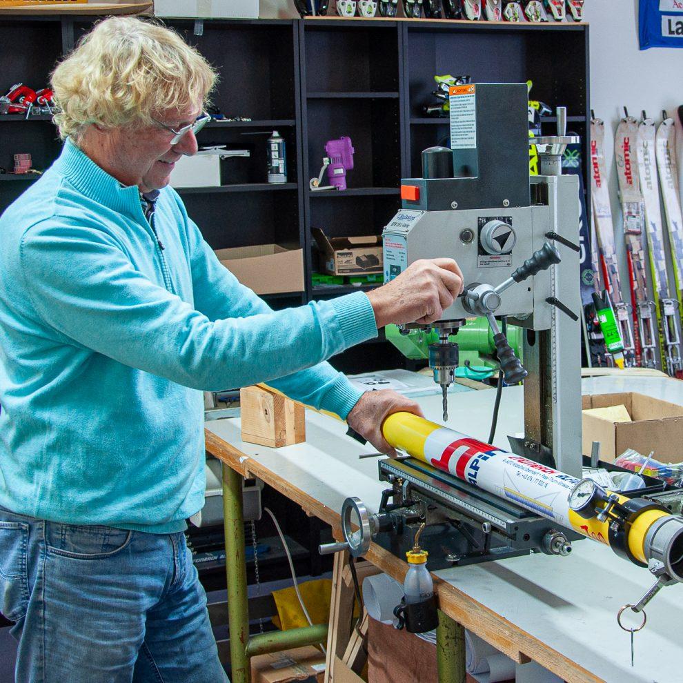 Christian Steinbach in seiner Werkstatt in Oberndorf bei Kitzbühel © Skiing Penguin