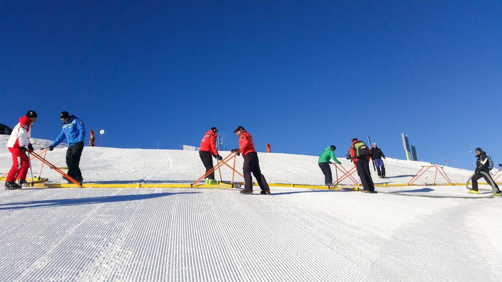 Mit mehreren Sprühbalken und genügend Manpower kann eine Abfahrtspiste in wenigen Stunden präpariert werden ©Steinbach alpin