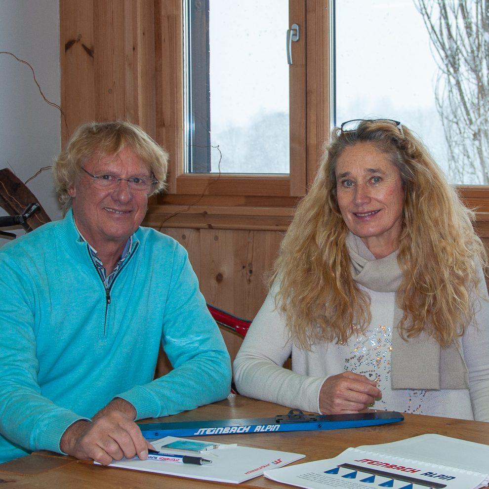Christian Steinbach und Gitti Weber erklären, wie der Sprühbalken funktioniert © Skiing Penguin