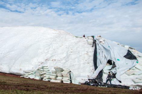 """Nun wird der Altschnee zwei Wochen früher """"ausgepackt"""", als geplant © Skiing Penguin"""