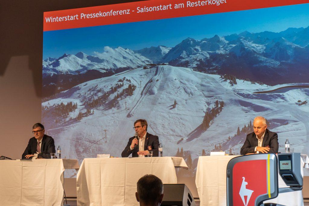 KitzSki-Chef Anton Bodner (Mitte) flankiert von Bürgermeister und Aufsichtsratsvorsitzenden Klaus Winkler (links) sowie Marketing-Vorstand Christian Wörister (rechts) © Skiing Penguin