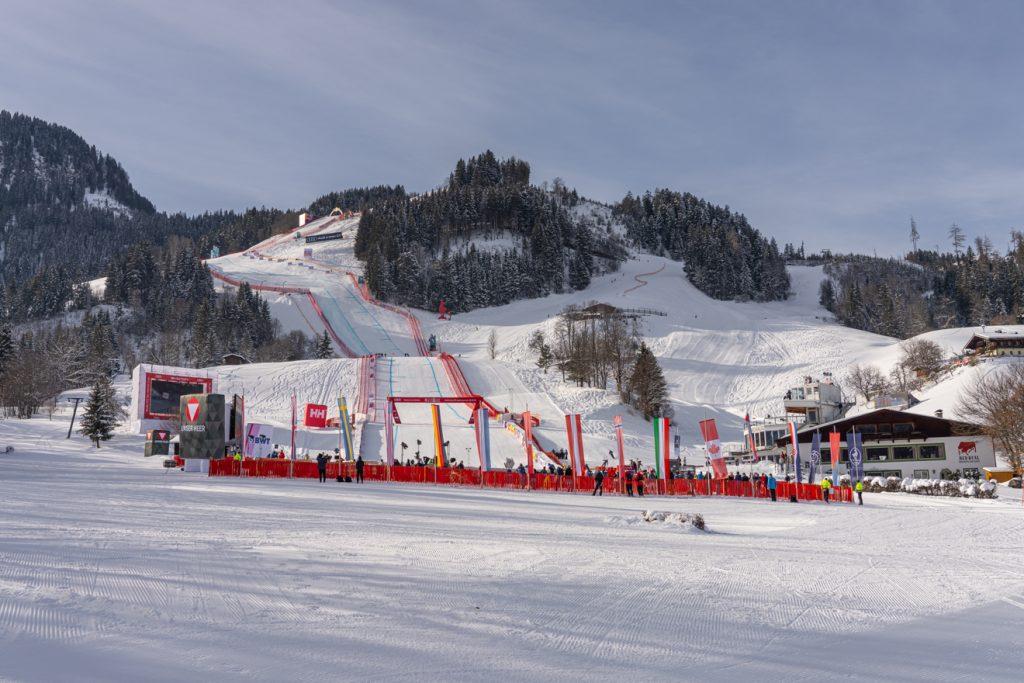Fahnenmasten statt Zuschauertribünen im Zielraum der Streif © Skiing Penguin