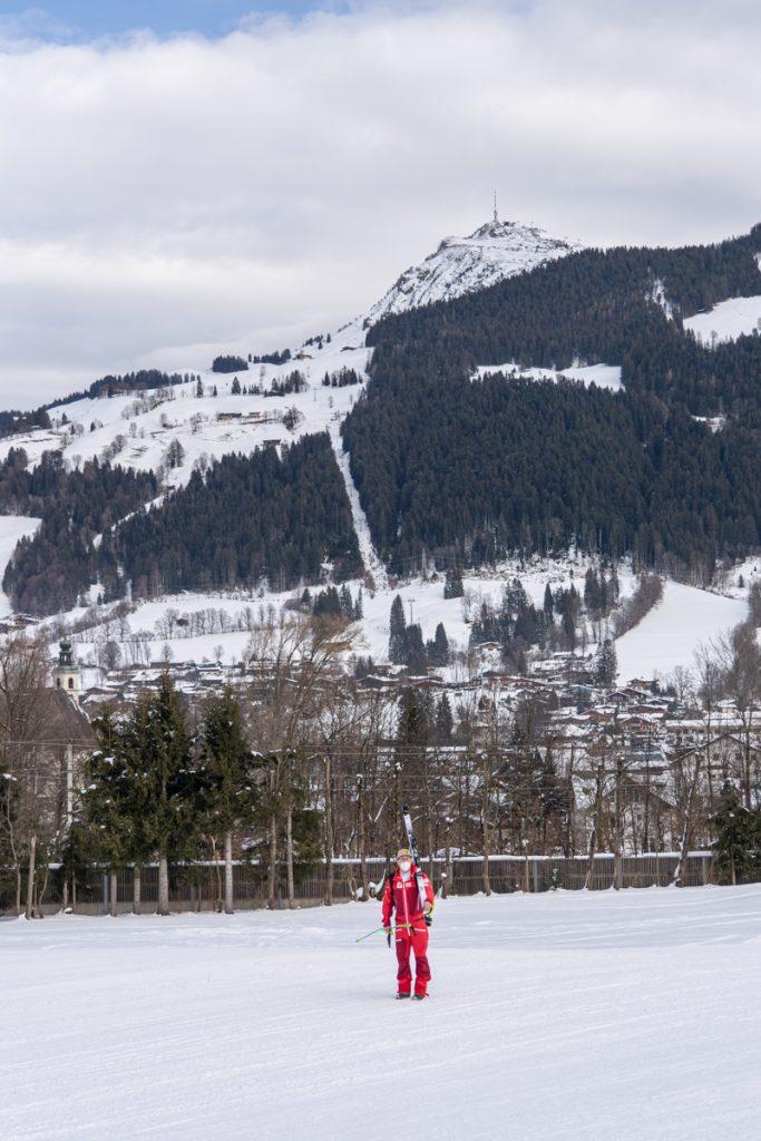Max Franz wirft auf dem untypisch einsamen Weg ins Hotel einen Blick zurück auf die Streif © Skiing Penguin