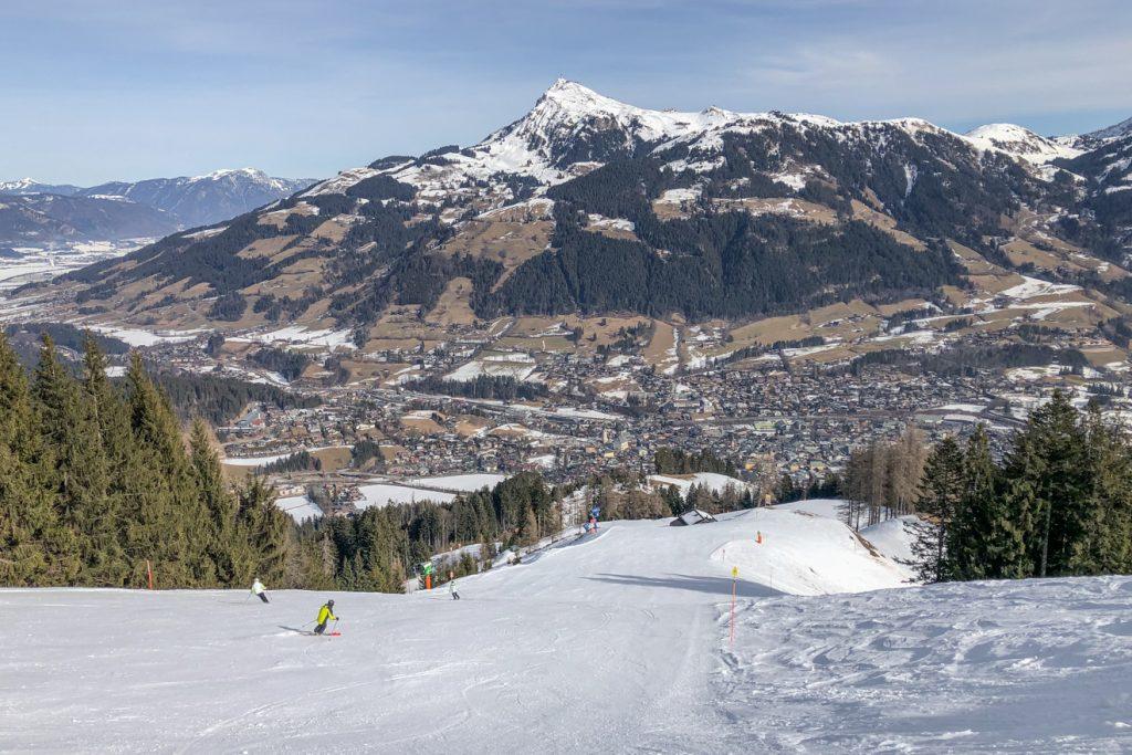 Ein Blick über Kitzbühels Pisten, die Stadt und zum Kitzbüheler Horn © Skiing Penguin