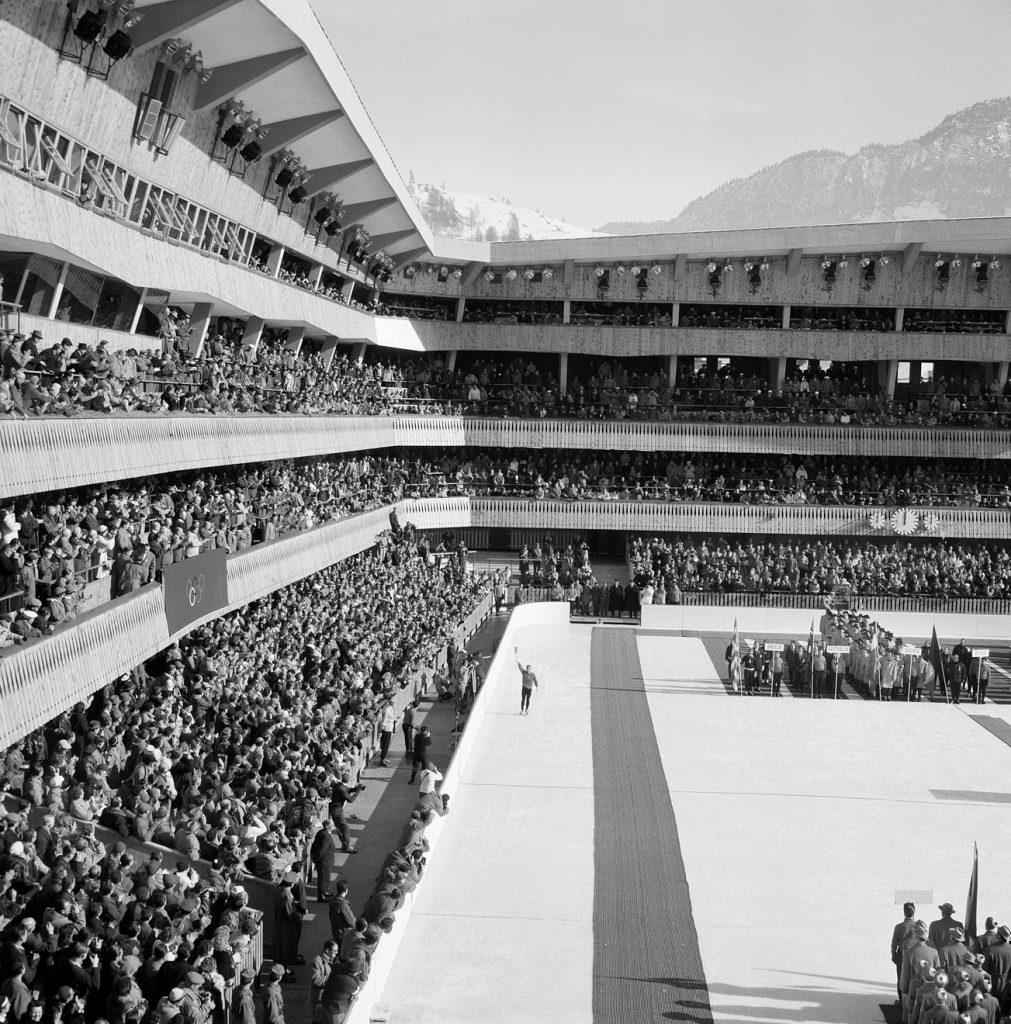 Die Eröffnung der Olympischen Spiele 1956 in Cortinas Eishalle © Archivio Foto Zardini