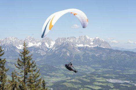 """X-Alps-Athlet Thomas Friedrich beim """"Probeflug"""" auf dem Hahnenkamm © Skiing Penguin"""
