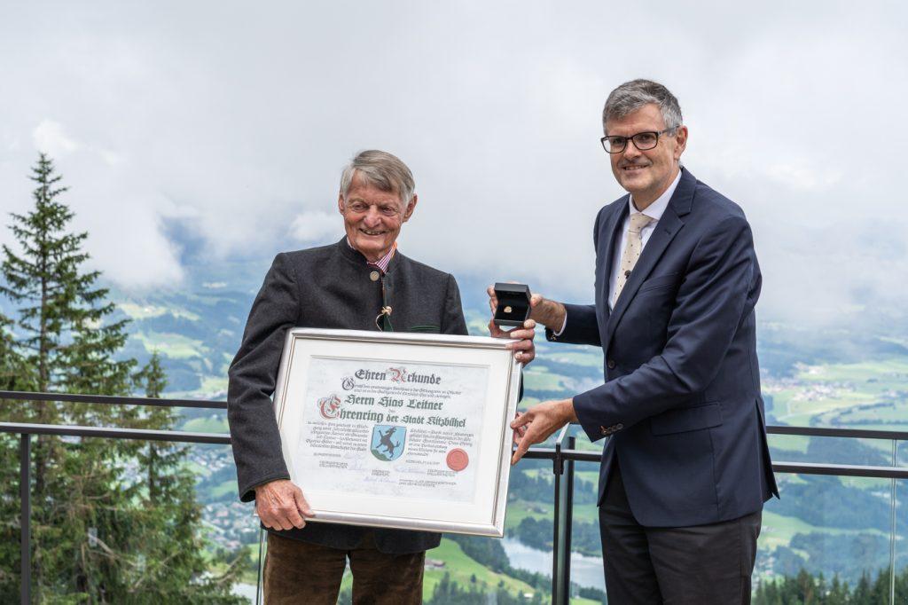 Im Zuge der Eröffnung wurde Hias Leitner (links) von Bürgermeister Klaus Winkler der Ehrenring der Stadt Kitzbühel verliehen © alpinguin
