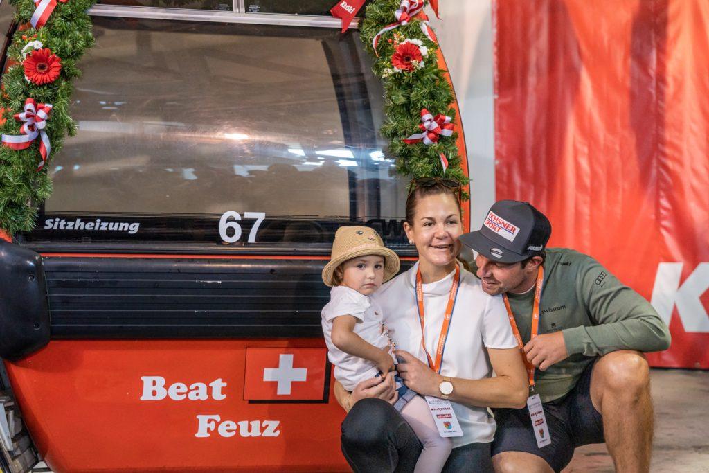 Beat Feuz mit seiner Partnerin Katrin und Tochter Clea vor seiner Gondel © alpinguin